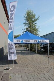 Trafino mainosteltta sekä lippu